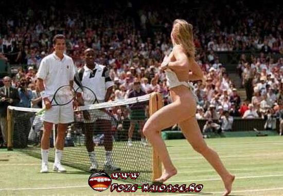 Dezbracata Pe Terenul De Tenis